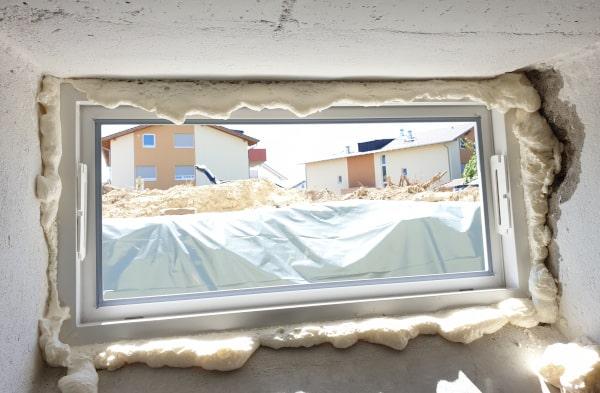 Kellerfenster einbauen Fenster einschäumen