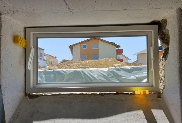 Kellerfenster einbauen Keile befestigen